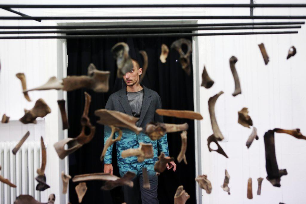 Installationsansicht mit Bones organ composition (Thames), Franziska Lantz, 2016 und Loyal Enemies, Nicolo Russian, 2016