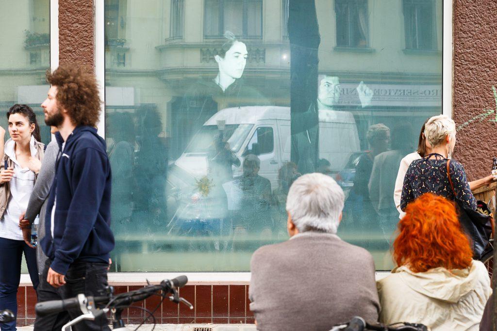 """WHO KNOWS WHERE WE ARE"" im Projektraum ""Apartment Project"" von Aykan Safoglu, Borga Kantürk, Evrim Kavcar, Gökce Süvari, Gümüs Özdes, Merve Ünsal, Selda Asal, Sevgi Ortac. Apartment Project, Hertzbergstrasse 13, 12055 Berlin Neukölln."